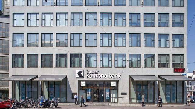 Die Fassade des Hauptsitzes der Basler Kantonalbank am Fischmarkt an einem sonnigen Tag.