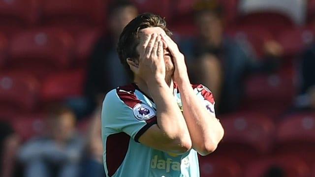 Joey Barton vergräbt sein Gesicht.