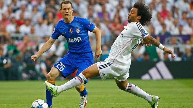 Juves Stephan Lichtsteiner im Zweikampf mit Reals Marcelo