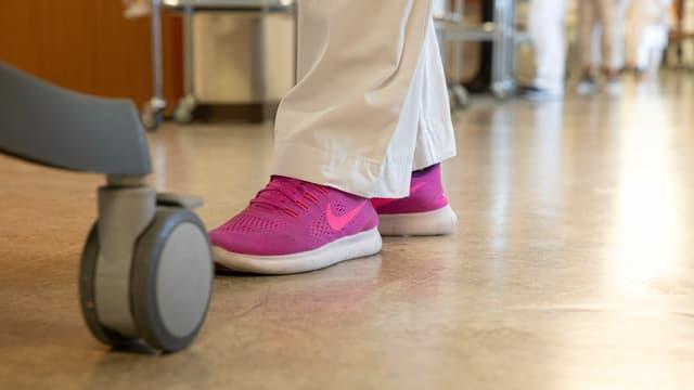 Pinke Schuhe auf dem Spitalboden.