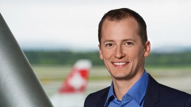 Michael Weinmann, im Hintergrund ein Swiss-Flieger