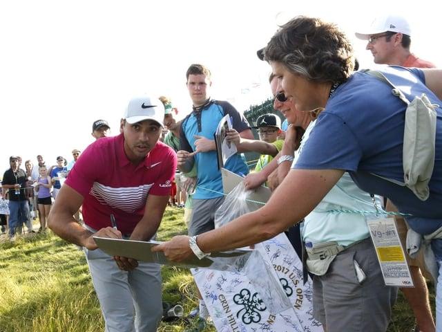 Jason Day gibt während einer Trainingsrunde Autogramme.