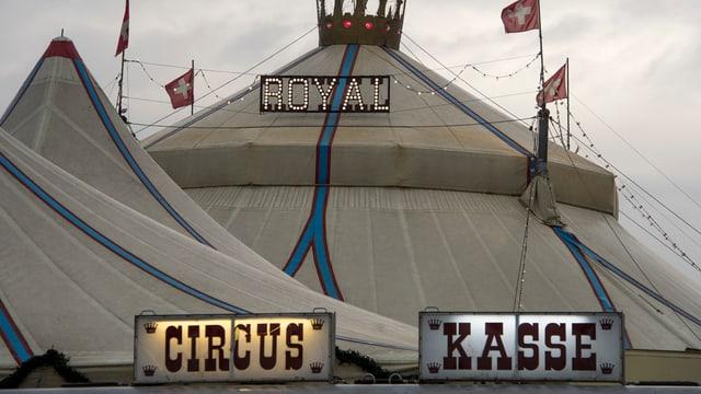 Zeltdach und Schilder Circus und Kasse