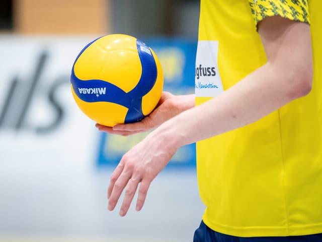 Volleyball in einer Hand