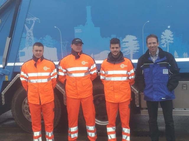 Die REAL-Entsorgungstruppe: Rechts: Leiter Martin Zumstein,  Zweiter von Rechts: Fahrer Reto Baumgartner