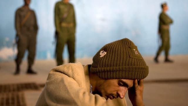 Maghrebiner vor Grenzsoldaten in Tunesien
