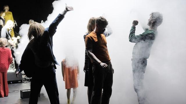 Gruppe junger Menschen in Rauchwolke