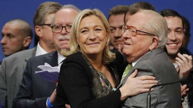 Jean-Marie Le Pen umarmt seine Tochter