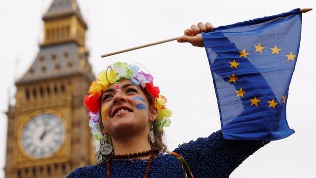 demonstranta cun bandiera dad UE davant la culissa dal Big Ben a Londra