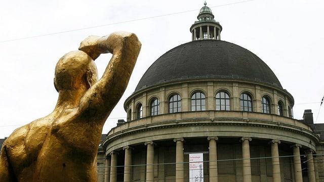 Kuppel über dem Hauptgebäude der ETH mit einer goldenen Statue von hinten davor