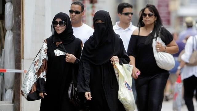 Zwei vermummte Frauen beim Einkaufen