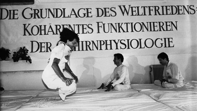 Fliegen oder doch nur Hüpfen? Ein Anhänger des Maharishi im Lotussitz, leicht über einer Matte. Bild einer Veranstaltung im August 1986.