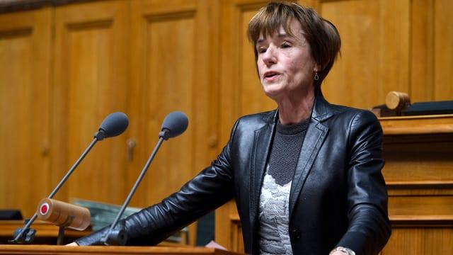 Eine Frau im Nationalrat am Rednerpult.