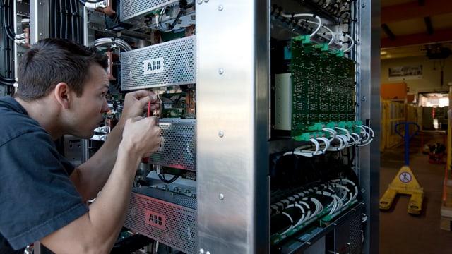 Ingenieur an einem Frequenzumwandler