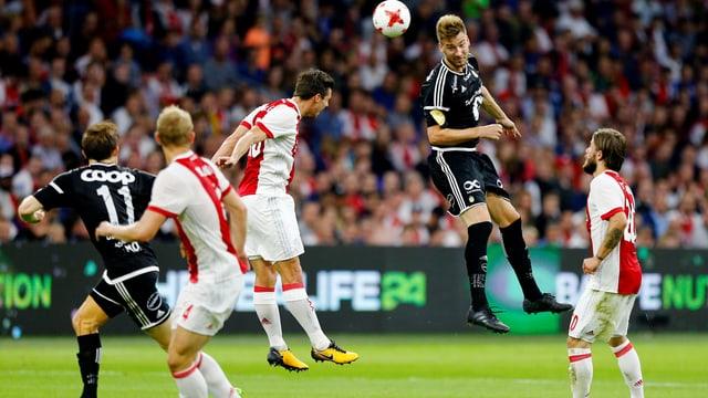 Rosenborgs Nicklas Bendtner steigt höher als die Ajax-Verteidiger.