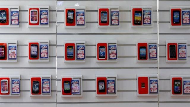 Unter den zahllosen Handys und Smartphones gibt es keine Modelle, die aus fairer Produktion oder Montage stammen.