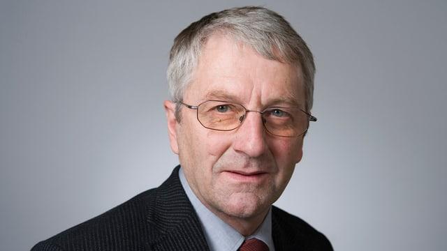 Portrait Mann mit Brille und grauen Haaren