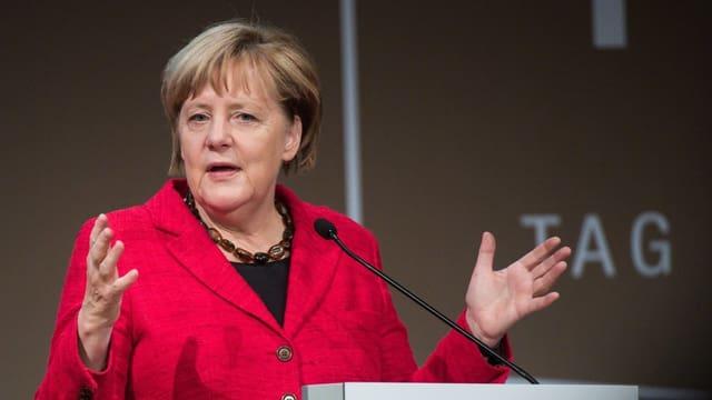 La chanzeliera tudestga Angela Merkel durant in pled avant schefs da l'industria.