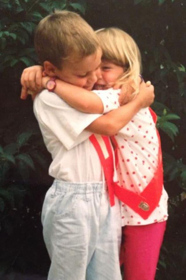 Am ersten Kindergartentag mit meiner Schwester Steffi. Sie kam in den kleinen Kindergarten, ich in den grossen.