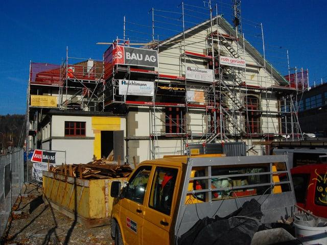 Baustelle in Burgdorf, eingerüstetes Haus.