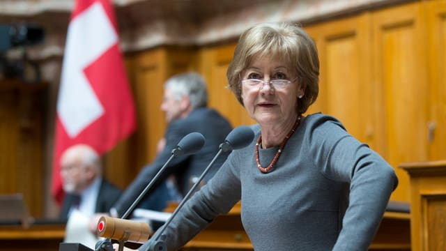 Susanne Leutenegger Oberholzer am Rednerpult im Parlament in Bern