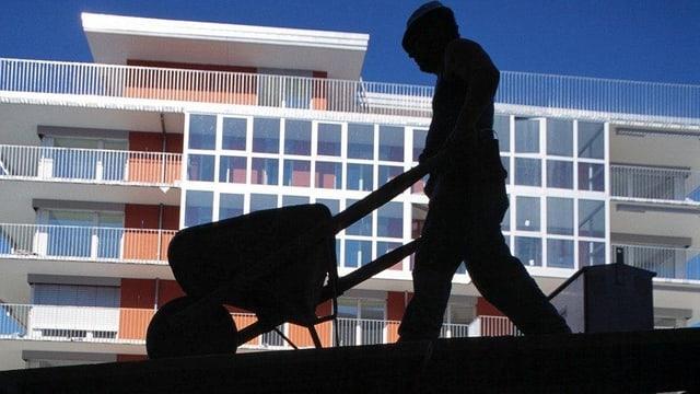 Ein Bauarbeiter vor einer Überbauung.