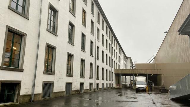 Altes Fabrikgebäude neben neuern Industiregebäuden.