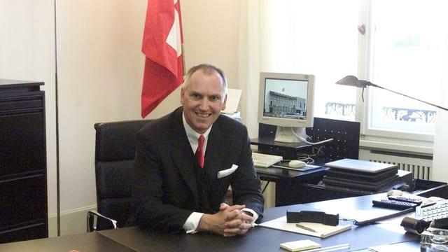 Thomas Borer 2001 in Berlin in der Schweizer Botschaft an seinem Schreibtisch sitzend.