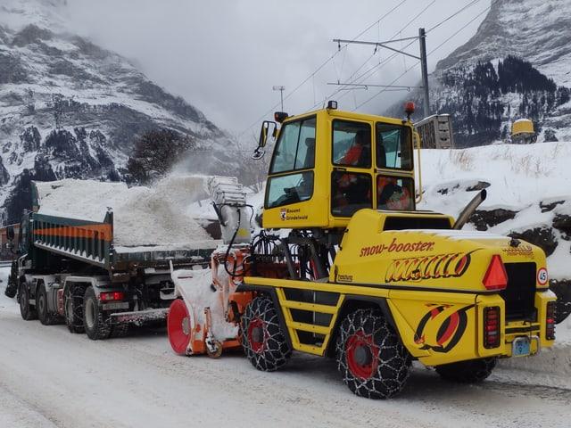 Schneefräse füllt Lastwagen mit Schnee.