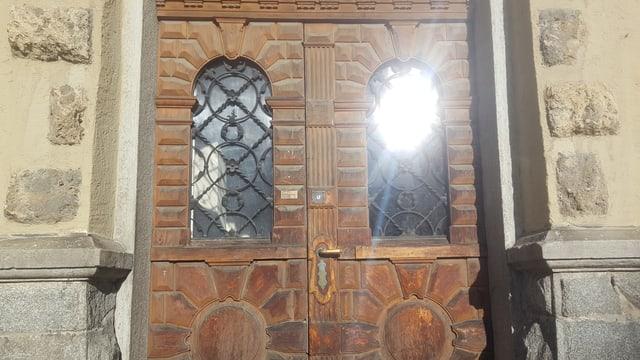 La porta d'entrada en in bajetg