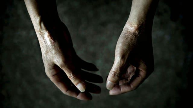 (maletg simbolic) L'ONU pretenda che la Svizra separeschia praschuniers minorens da creschids.