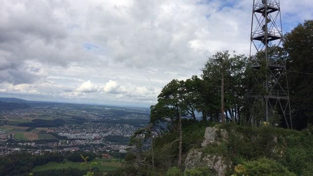 Aussichtsturm mit Ausbilck über Felswand ins Tal