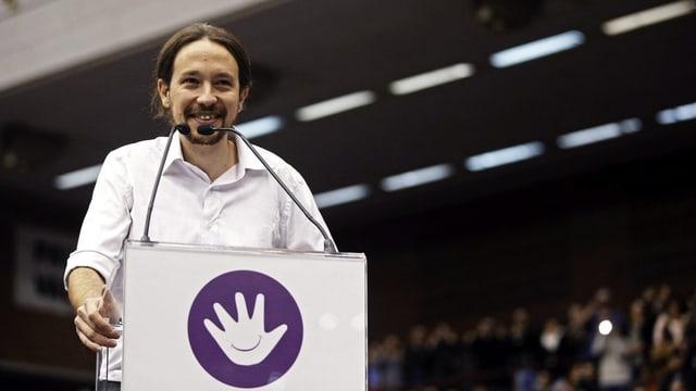 Pablo Iglesisas Turrión hinter einem Rednerpult.