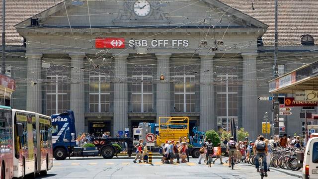 Aussenansicht des Bahnhofs in Biel im Sommer.