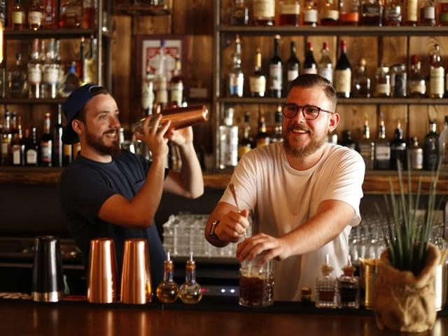 Zwei junge Männer hinter einer Bar