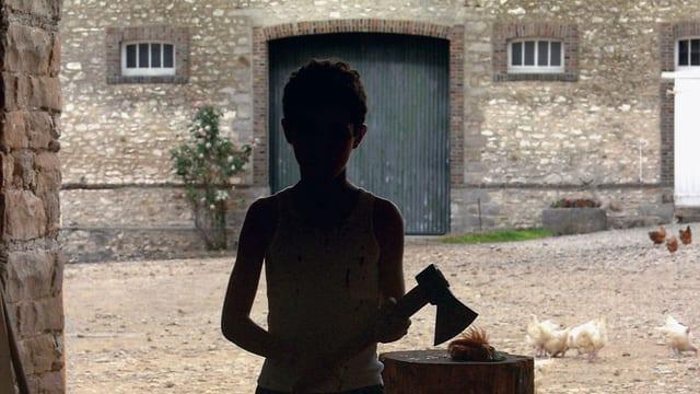 Ein Junge, der nur als schwarzer Umriss zu erkennen ist, mit einer Axt in der Hand.