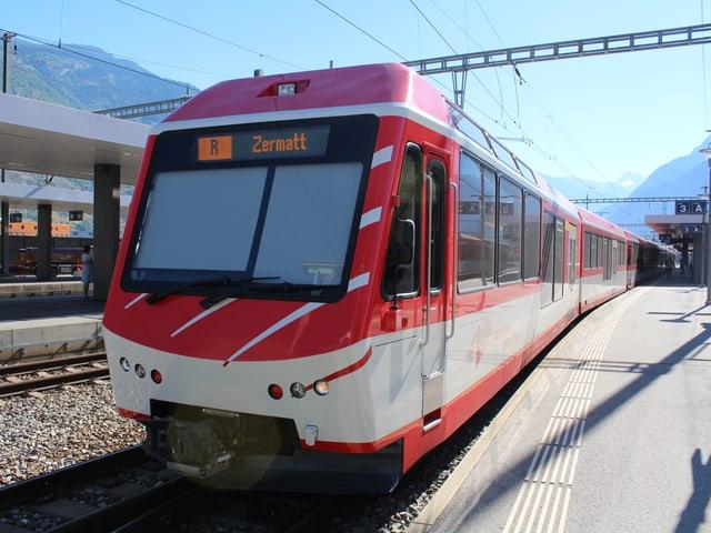 Ein Zug der Matterhorn Gotthard Bahn am Bahnhof von Visp.