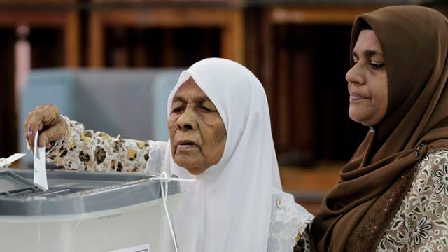 Zwei Frauen bei der Stimmabgabe