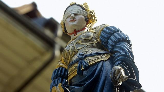 Statue von Justitia mit verbundenen Augen.