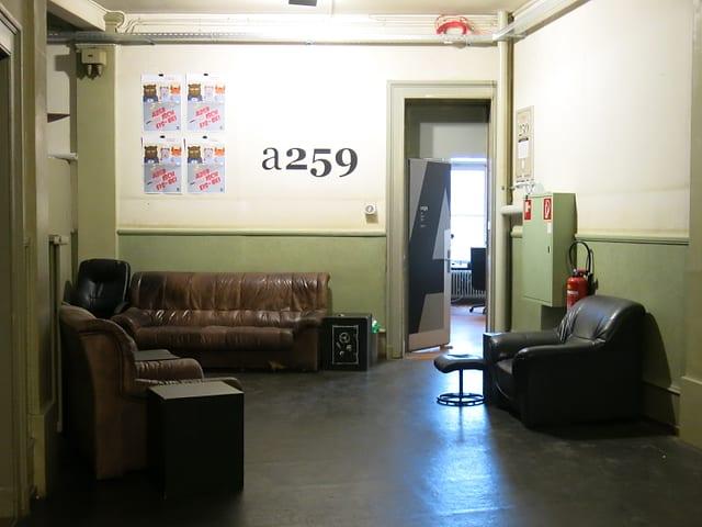Sofas stehen in einem Korridor.