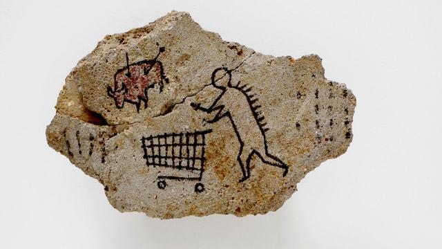 Ein Stein mit einer Strichfigur, die einen Einkaufswagen schiebt.