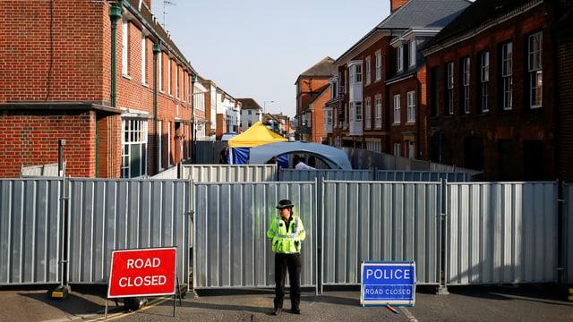 Eine Polizistin sperrt eine Strasse in Amesbury ab
