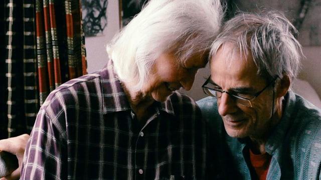 Szene aus dem Dokfilm «Vergiss mein nicht», in der eine ältere Frau und ein alter Mann die Köpfe zusammenstecken und lachen.