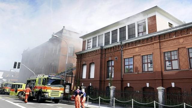 Feuerwehrleute löschen den Brand bei der Roten Fabrik im Mai 2012.