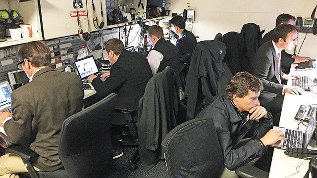 Journalisten sitzen eng vor ihren Laptops.