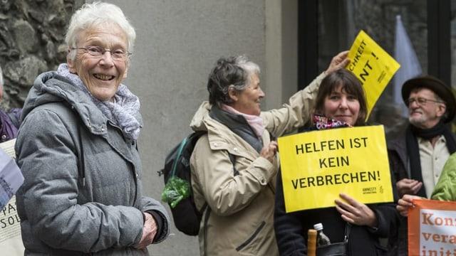 Anni Lanz mit Menschenrechtsaktivistinnen vor dem Gericht in Brig.