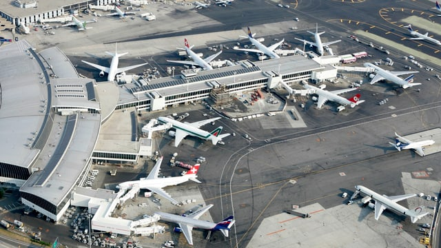 Luftaufnahme eines Gates des Flughafen JFK in New York.