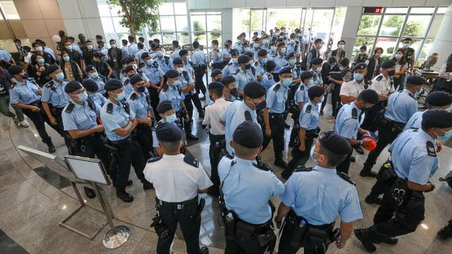 Polizisten im Gebäude.