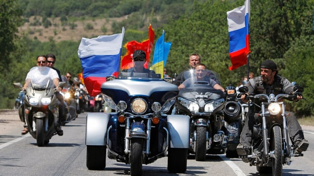 Putin und Saldostanow an der Front eines Motorradumzuges.