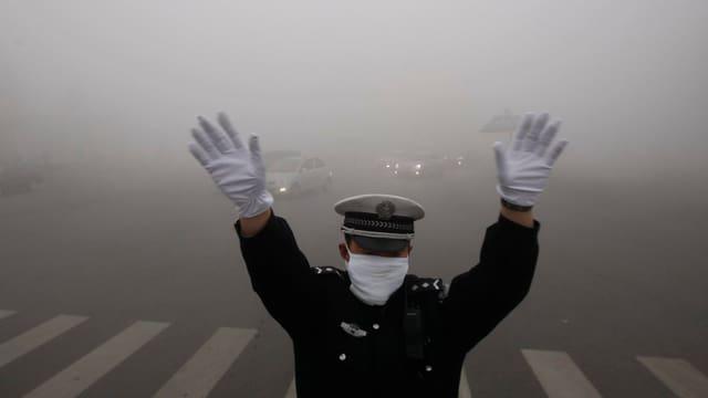 Verkehrspolizist mit Mundschutz in Schanghai